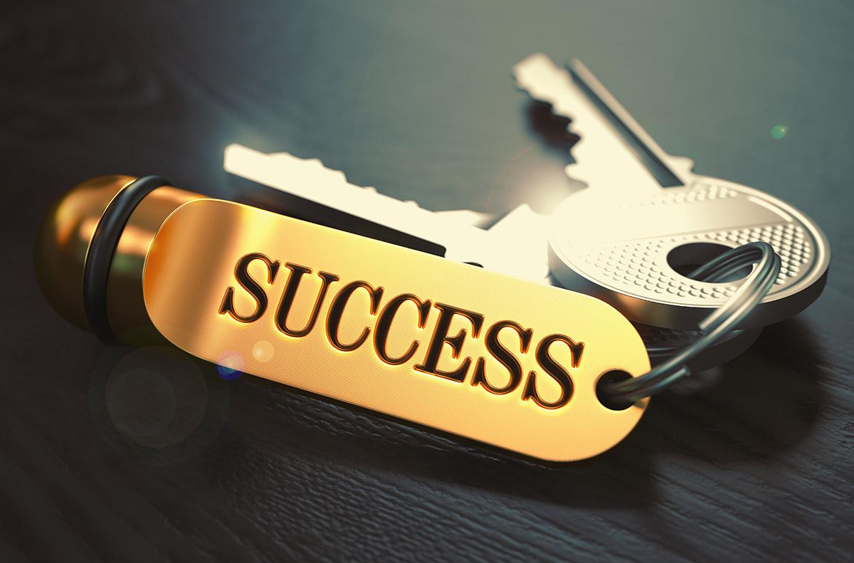 צרור מפתחות שכתוב עליהם הצלחה